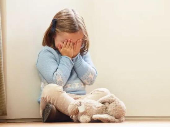 Những biểu hiện cho thấy trẻ đang dần trở nên kém cỏi, cha mẹ cần can thiệp kịp thời nếu không muốn con lớn lên là người tự ti-3
