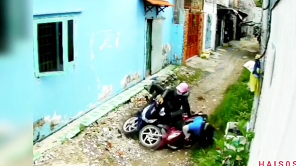Bị 2 tên cướp áp sát giật tài sản trong con hẻm nhỏ, cô gái trẻ có pha phản đòn cực gắt-1