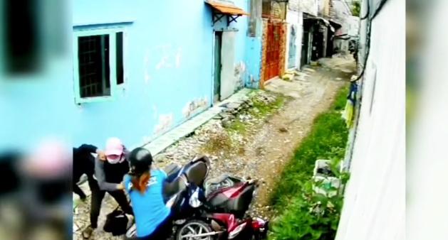 Bị 2 tên cướp áp sát giật tài sản trong con hẻm nhỏ, cô gái trẻ có pha phản đòn cực gắt-2