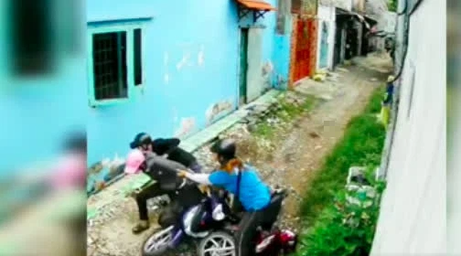 Bị 2 tên cướp áp sát giật tài sản trong con hẻm nhỏ, cô gái trẻ có pha phản đòn cực gắt-3