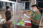 Công an An Giang đọc lệnh bắt giam bị can qua vách chắn phòng dịch