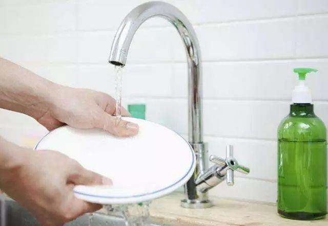 Những sai lầm khi rửa bát có thể khiến vi khuẩn tăng lên hàng nghìn lần, nếu còn giữ các thói quen này thì đừng trách bệnh tật ghé thăm-1