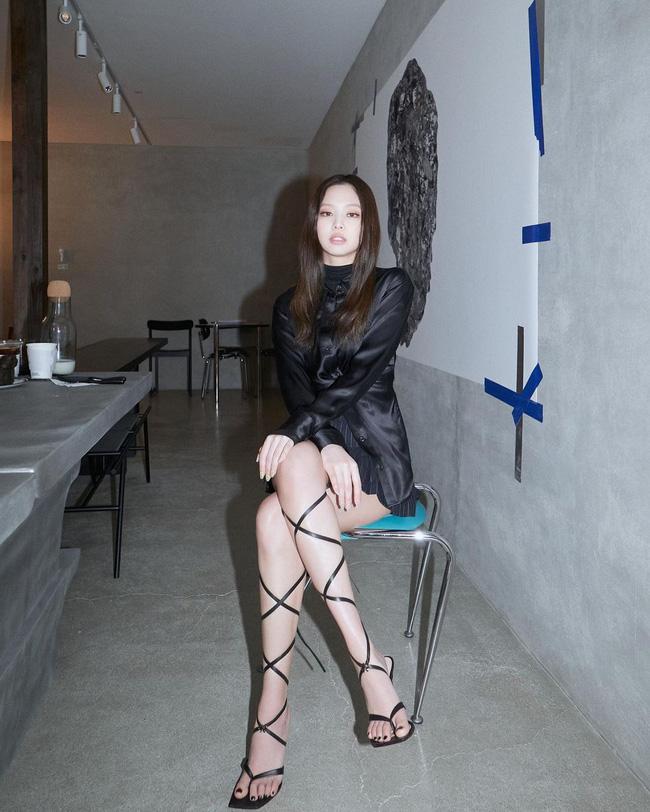 Kiểu sandal rối ren này tưởng đã lỗi mốt nhưng nếu biết chọn, trông bạn sẽ nuột nà như các mỹ nhân Hàn-3
