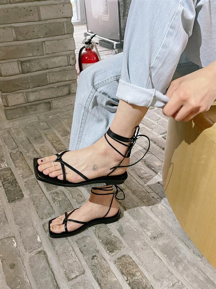 Kiểu sandal rối ren này tưởng đã lỗi mốt nhưng nếu biết chọn, trông bạn sẽ nuột nà như các mỹ nhân Hàn-8