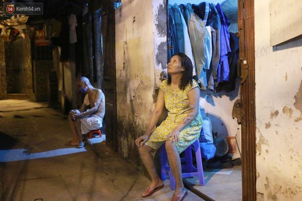 Nóng bủa vây cả đêm ở xóm chạy thận Hà Nội: Cả căn phòng cứ như cái lò nung, mỗi ngày chỉ ngủ được 2-3 tiếng-2