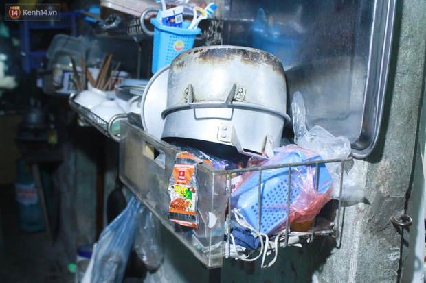Nóng bủa vây cả đêm ở xóm chạy thận Hà Nội: Cả căn phòng cứ như cái lò nung, mỗi ngày chỉ ngủ được 2-3 tiếng-11