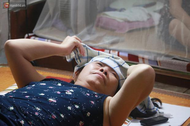 Nóng bủa vây cả đêm ở xóm chạy thận Hà Nội: Cả căn phòng cứ như cái lò nung, mỗi ngày chỉ ngủ được 2-3 tiếng-8