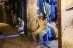 Nóng bủa vây cả đêm ở xóm chạy thận Hà Nội: 'Cả căn phòng cứ như cái lò nung, mỗi ngày chỉ ngủ được 2-3 tiếng'