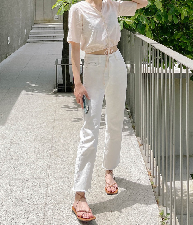 Hè diện quần trắng cho mát nhưng để sành điệu không chê được điểm nào, bạn nên ghim 12 cách mặc của gái Hàn-4