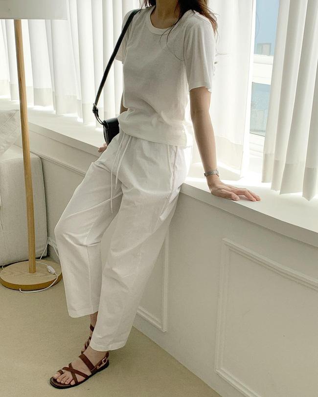 Hè diện quần trắng cho mát nhưng để sành điệu không chê được điểm nào, bạn nên ghim 12 cách mặc của gái Hàn-11