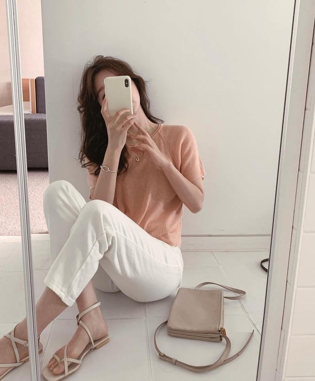 Hè diện quần trắng cho mát nhưng để sành điệu không chê được điểm nào, bạn nên ghim 12 cách mặc của gái Hàn-6