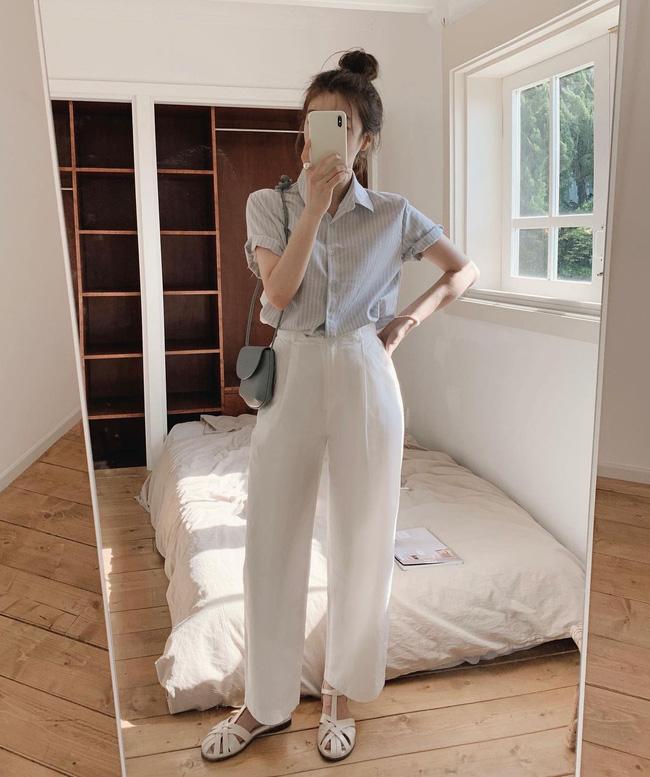 Hè diện quần trắng cho mát nhưng để sành điệu không chê được điểm nào, bạn nên ghim 12 cách mặc của gái Hàn-8