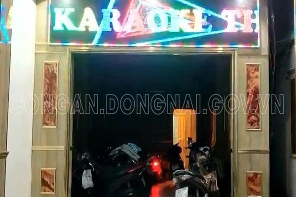 Bắt quả tang 2 nữ nhân viên khỏa thân, phục vụ khách trong quán karaoke giữa mùa dịch-2