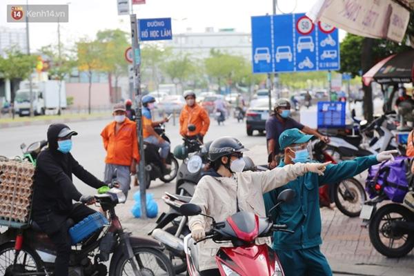 Quận Bình Tân trong ngày đầu phong tỏa 3 khu phố: Cô ở ngoài này phải đi chợ cho mấy chục đứa trong kia, tụi nó không ra ngoài được-2