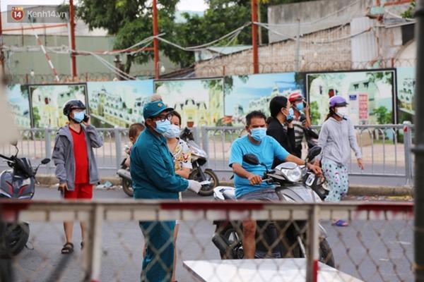 Quận Bình Tân trong ngày đầu phong tỏa 3 khu phố: Cô ở ngoài này phải đi chợ cho mấy chục đứa trong kia, tụi nó không ra ngoài được-4