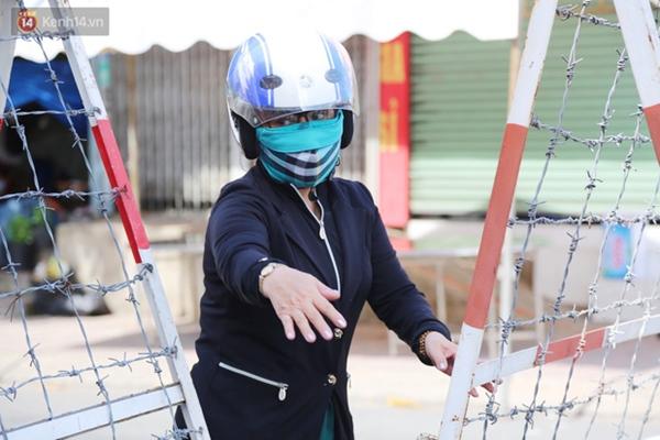 Quận Bình Tân trong ngày đầu phong tỏa 3 khu phố: Cô ở ngoài này phải đi chợ cho mấy chục đứa trong kia, tụi nó không ra ngoài được-5