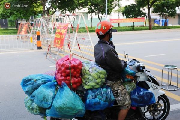 Quận Bình Tân trong ngày đầu phong tỏa 3 khu phố: Cô ở ngoài này phải đi chợ cho mấy chục đứa trong kia, tụi nó không ra ngoài được-6