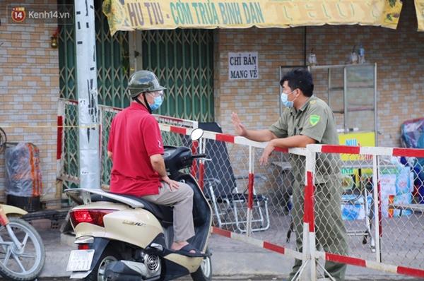 Quận Bình Tân trong ngày đầu phong tỏa 3 khu phố: Cô ở ngoài này phải đi chợ cho mấy chục đứa trong kia, tụi nó không ra ngoài được-7