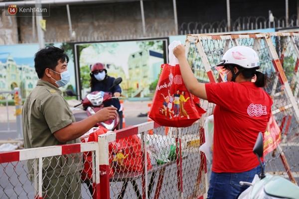 Quận Bình Tân trong ngày đầu phong tỏa 3 khu phố: Cô ở ngoài này phải đi chợ cho mấy chục đứa trong kia, tụi nó không ra ngoài được-8