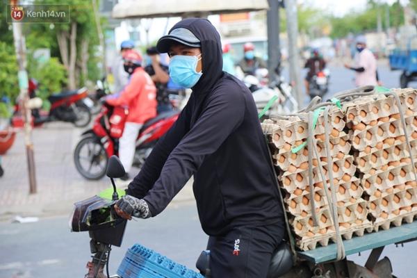 Quận Bình Tân trong ngày đầu phong tỏa 3 khu phố: Cô ở ngoài này phải đi chợ cho mấy chục đứa trong kia, tụi nó không ra ngoài được-9