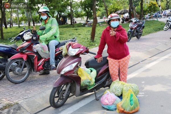 Quận Bình Tân trong ngày đầu phong tỏa 3 khu phố: Cô ở ngoài này phải đi chợ cho mấy chục đứa trong kia, tụi nó không ra ngoài được-10