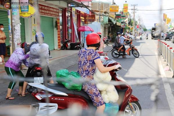 Quận Bình Tân trong ngày đầu phong tỏa 3 khu phố: Cô ở ngoài này phải đi chợ cho mấy chục đứa trong kia, tụi nó không ra ngoài được-11
