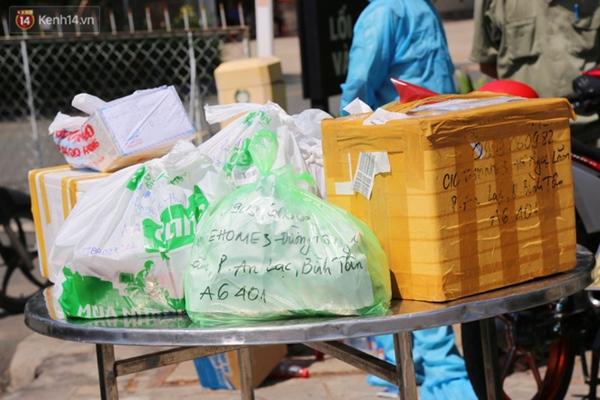 Quận Bình Tân trong ngày đầu phong tỏa 3 khu phố: Cô ở ngoài này phải đi chợ cho mấy chục đứa trong kia, tụi nó không ra ngoài được-13