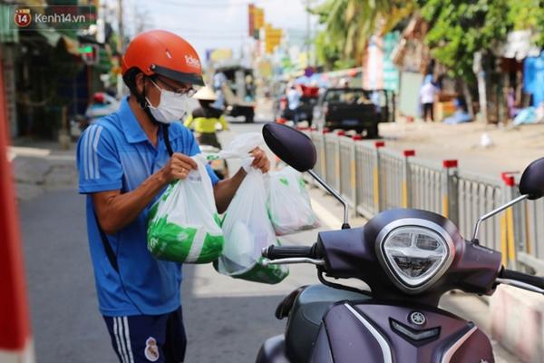 Quận Bình Tân trong ngày đầu phong tỏa 3 khu phố: Cô ở ngoài này phải đi chợ cho mấy chục đứa trong kia, tụi nó không ra ngoài được-14
