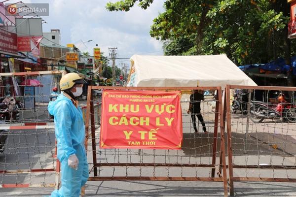 Quận Bình Tân trong ngày đầu phong tỏa 3 khu phố: Cô ở ngoài này phải đi chợ cho mấy chục đứa trong kia, tụi nó không ra ngoài được-15