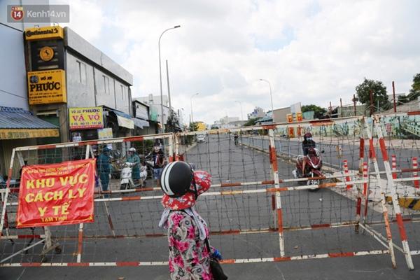 Quận Bình Tân trong ngày đầu phong tỏa 3 khu phố: Cô ở ngoài này phải đi chợ cho mấy chục đứa trong kia, tụi nó không ra ngoài được-16