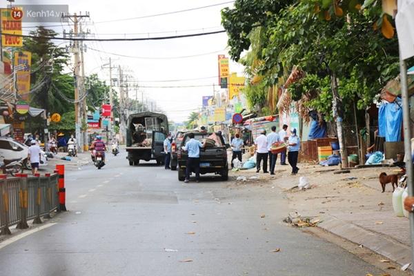 Quận Bình Tân trong ngày đầu phong tỏa 3 khu phố: Cô ở ngoài này phải đi chợ cho mấy chục đứa trong kia, tụi nó không ra ngoài được-17