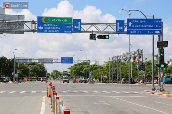 Quận Bình Tân trong ngày đầu phong tỏa 3 khu phố: Cô ở ngoài này phải đi chợ cho mấy chục đứa trong kia, tụi nó không ra ngoài được-19