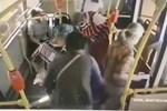 Cô gái đang đi xe buýt bỗng lăn đùng ngã vật xuống sàn, thái độ của hành khách trên xe gây ra trận 'khẩu chiến' bùng nổ trên MXH