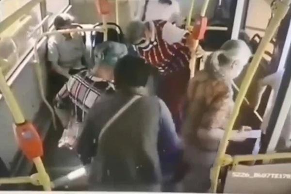 Cô gái đang đi xe buýt bỗng lăn đùng ngã vật xuống sàn, thái độ của hành khách trên xe gây ra trận khẩu chiến bùng nổ trên MXH-1
