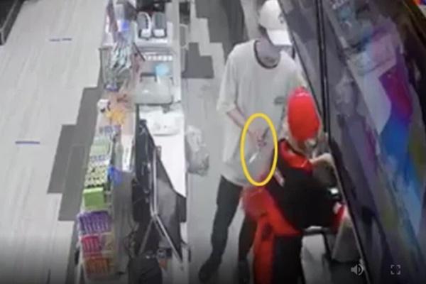 Nam thanh niên cầm dao đe dọa nhân viên, cướp tiền ở cửa hàng tiện lợi-1