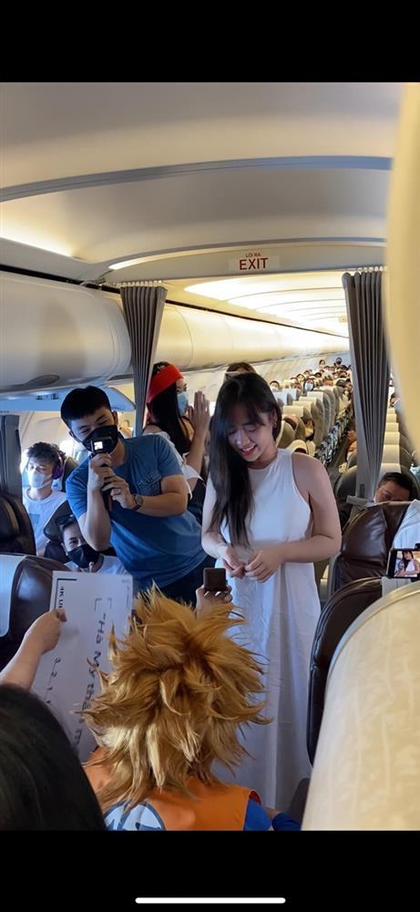 Hà My BTV của VTV tung ảnh hậu trường cảnh được vị doanh dân cầu hôn trên máy bay vô cùng rầm rộ và công phu-5