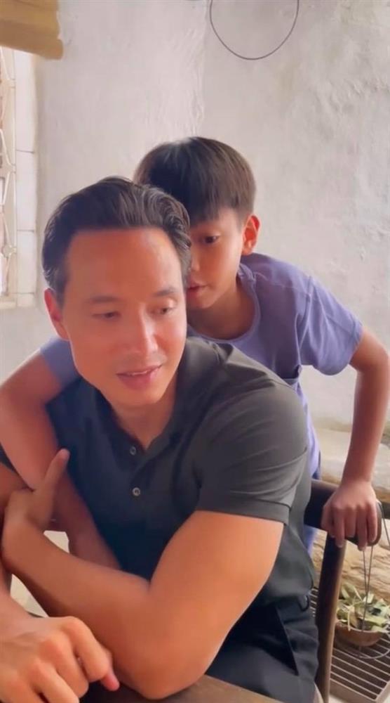 """Điểm mặt những ông bố dượng vàng"""" trong làng Vbiz: Kim Lý và con trai Hồ Ngọc Hà thân thiết không rời, Ưng Hoàng Phúc kèm con trai vợ học mỗi ngày-6"""
