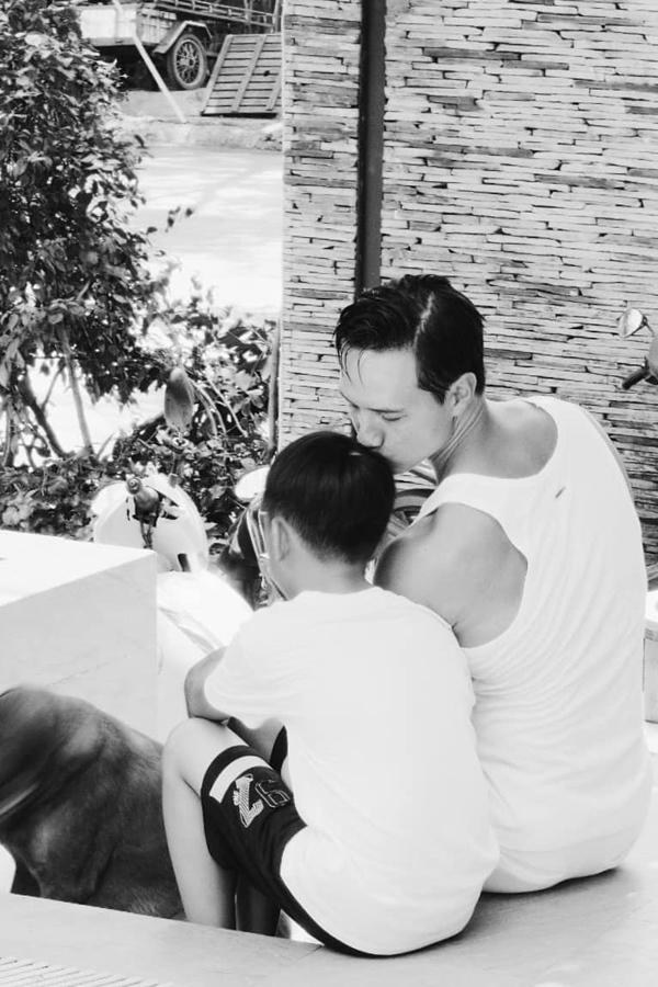 """Điểm mặt những ông bố dượng vàng"""" trong làng Vbiz: Kim Lý và con trai Hồ Ngọc Hà thân thiết không rời, Ưng Hoàng Phúc kèm con trai vợ học mỗi ngày-7"""
