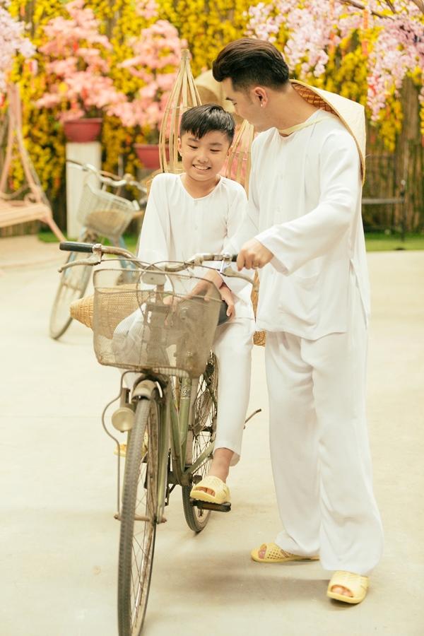 """Điểm mặt những ông bố dượng vàng"""" trong làng Vbiz: Kim Lý và con trai Hồ Ngọc Hà thân thiết không rời, Ưng Hoàng Phúc kèm con trai vợ học mỗi ngày-11"""
