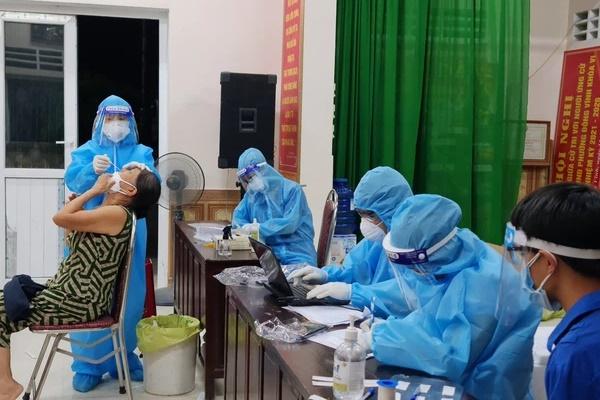 Thấy trong người nóng sốt, 2 vợ chồng lên viện xin test nhanh phát hiện dương tính với SARS-CoV-2-1
