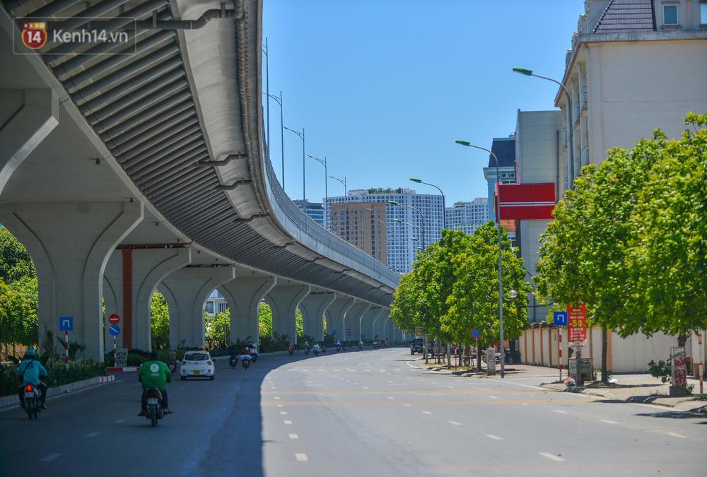 Nắng nóng đỉnh điểm lên đến gần 50 độ C tại Hà Nội: Mặt đường bốc hơi, người dân chật vật mưu sinh-1