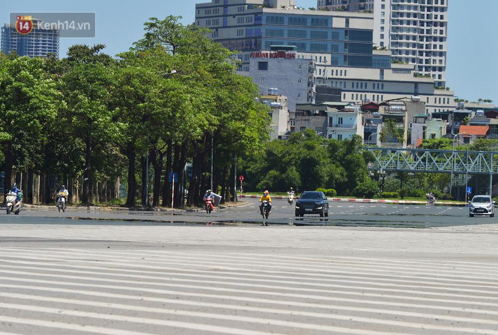 Nắng nóng đỉnh điểm lên đến gần 50 độ C tại Hà Nội: Mặt đường bốc hơi, người dân chật vật mưu sinh-2