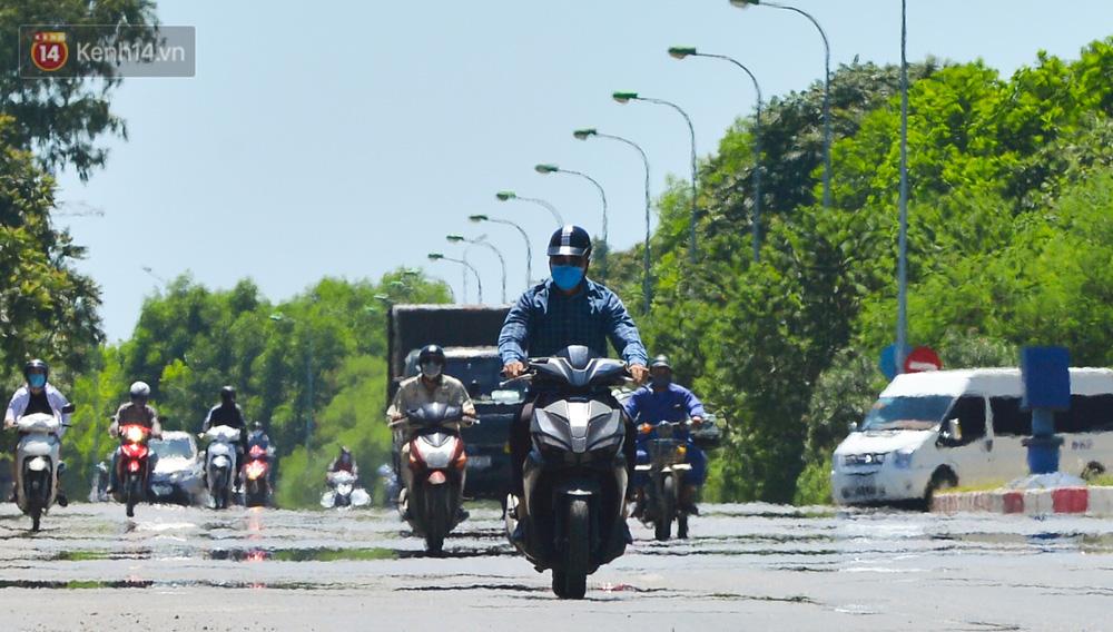 Nắng nóng đỉnh điểm lên đến gần 50 độ C tại Hà Nội: Mặt đường bốc hơi, người dân chật vật mưu sinh-3
