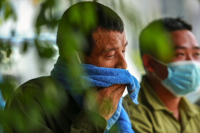 Nắng nóng đỉnh điểm lên đến gần 50 độ C tại Hà Nội: Mặt đường bốc hơi, người dân chật vật mưu sinh-10