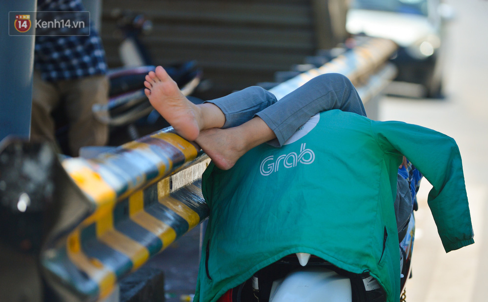 Nắng nóng đỉnh điểm lên đến gần 50 độ C tại Hà Nội: Mặt đường bốc hơi, người dân chật vật mưu sinh-12
