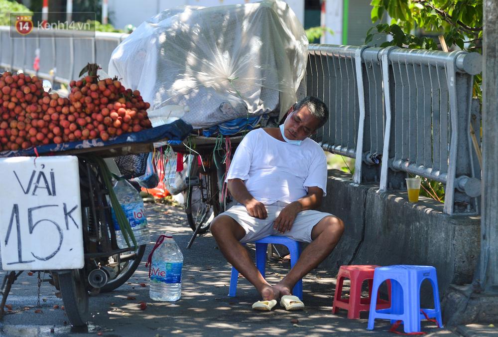 Nắng nóng đỉnh điểm lên đến gần 50 độ C tại Hà Nội: Mặt đường bốc hơi, người dân chật vật mưu sinh-13