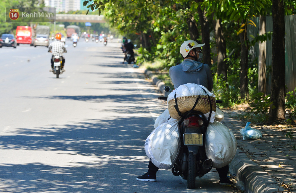 Nắng nóng đỉnh điểm lên đến gần 50 độ C tại Hà Nội: Mặt đường bốc hơi, người dân chật vật mưu sinh-15