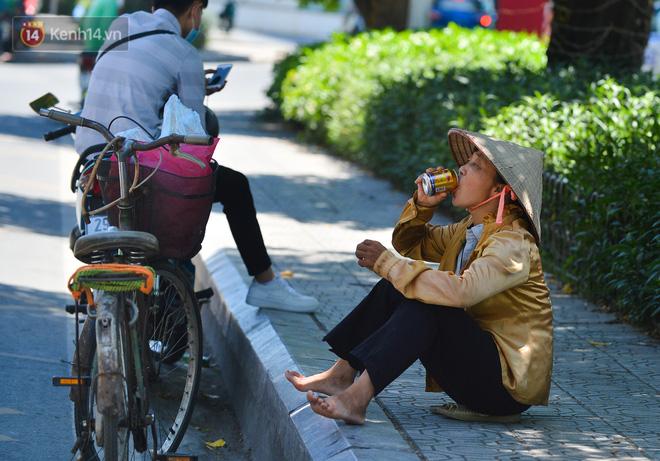 Nắng nóng đỉnh điểm lên đến gần 50 độ C tại Hà Nội: Mặt đường bốc hơi, người dân chật vật mưu sinh-8