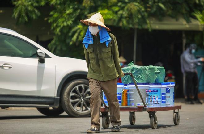 Nắng nóng đỉnh điểm lên đến gần 50 độ C tại Hà Nội: Mặt đường bốc hơi, người dân chật vật mưu sinh-9