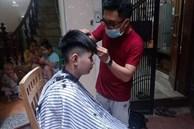 Dịch vụ cắt tóc 'về tận nhà' hút khách trong mùa dịch